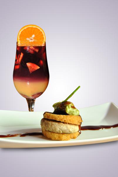 Sangría de Vino tinto, naranjas y zumo de naranjas con toque de vermuth y Mini burguer de codillo, La Dominga