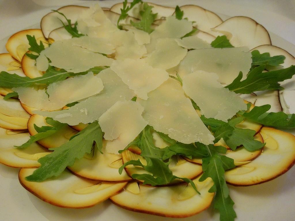Carpaccio de Boletus y amanitas con lascas de parmesano