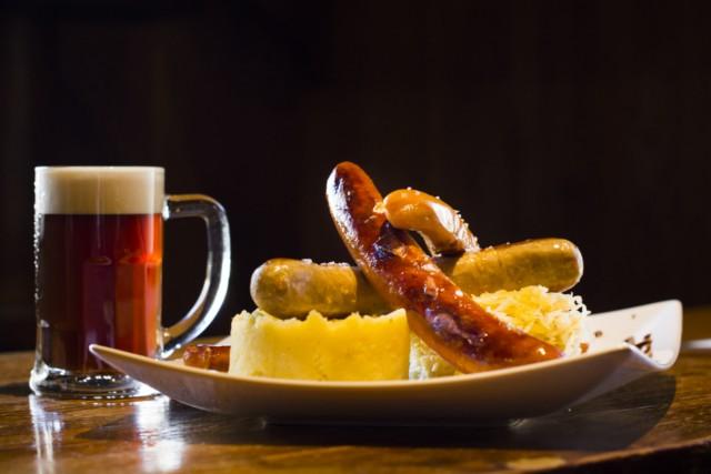 Cerveza tostada y salchichas Naturbier