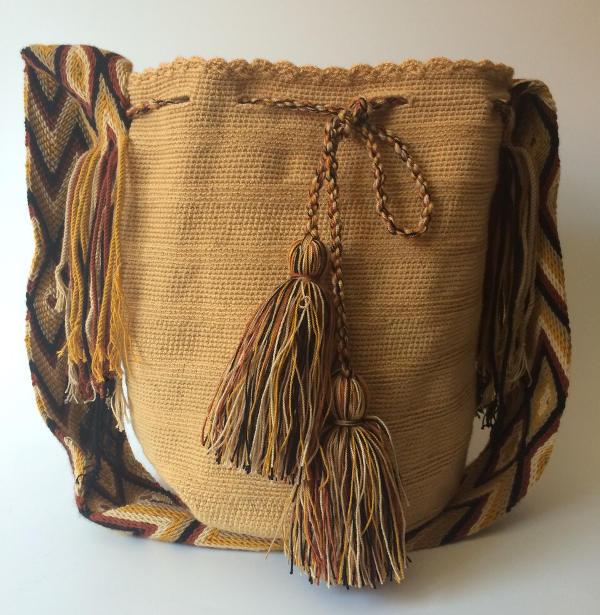 cada bolso directamente con la artesana, siendo la mayoría de estas, madres cabezas de familia. Los bolsos se importan desde la Guajira colombiana hasta