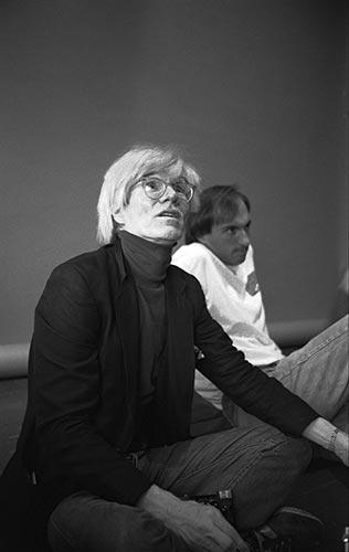 Andy Warhol fotografiado por Javier Porto, junto a Dimitri Levas