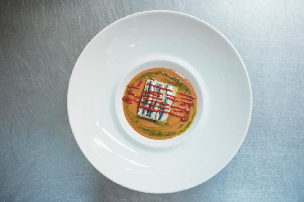 Lasaña fria de anchoas en sopa de tomate naturalb