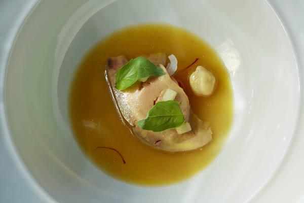 Regueiro Lámina de foie gras asado, jugo de cocido, vinagreta y manzana verde©Juan Rayos