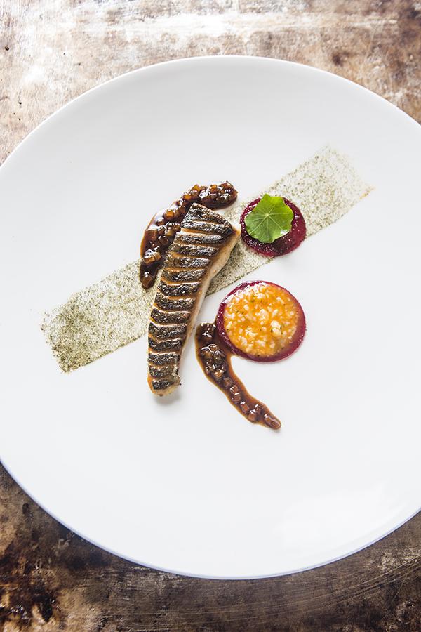 The Table by Andreu Genestra Llampuga con hierbas aromáticas con su guiso de anguila