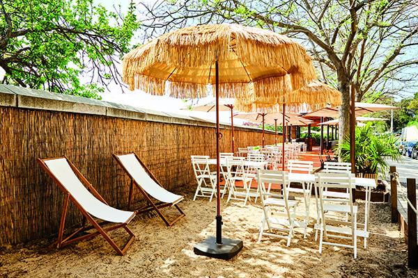 Terraza con playa en Café del Rey