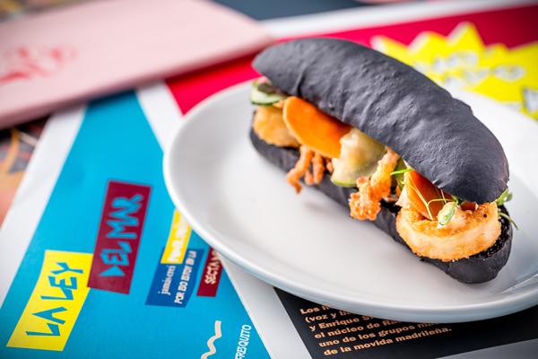 Bocadillo de calamares con mayonesa de kimchi y encurtidos. Las chicas, los chicos, los maniquís. Revista hsm