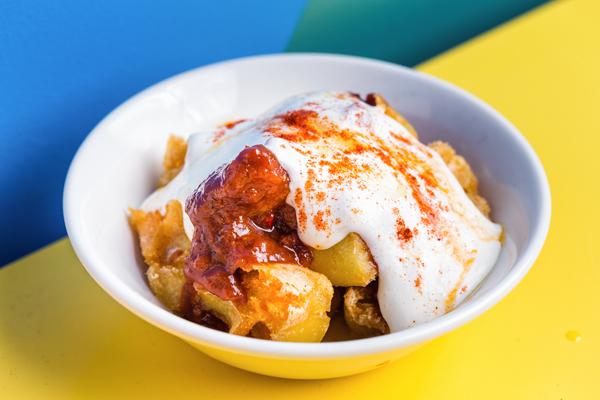 Patatas bravas con espuma ligera de alioli. Las chicas, los chicos, los maniquís. Revista hsm