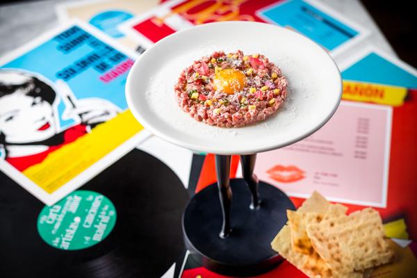 Steak tartar con patata crujiente y parmesano. Las chicas, los chicos, los maniquís. Revista hsm